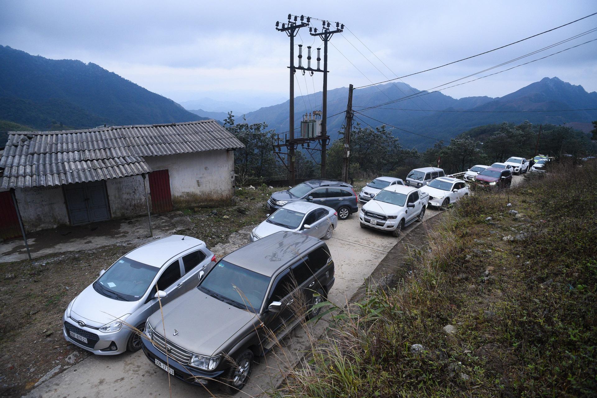 ẢNH: Nhiều người lên đỉnh Mẫu Sơn xem băng tuyết gây ùn tắc giao thông - Ảnh 3.