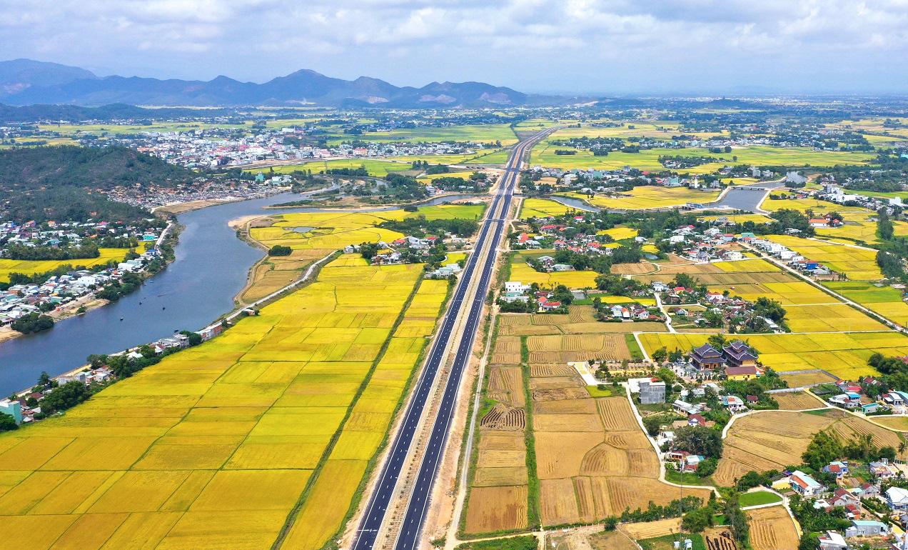 Năm 2021, tỉnh Bình Định kỳ vọng đón 4 triệu lượt khách du lịch, doanh thu 5.200 tỷ đồng - Ảnh 2.