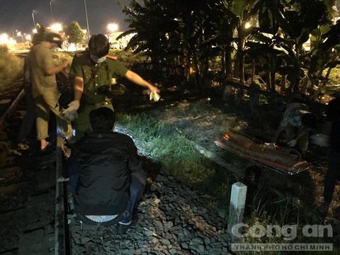 Người đàn ông để lại xe máy đứng trên đường ray, bị tàu hoả tông chết ở Sài Gòn - Ảnh 2.