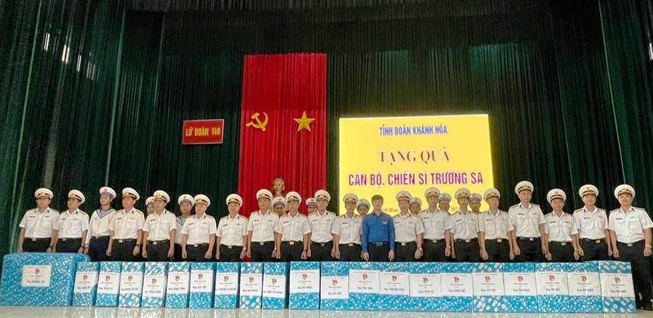 Khánh Hòa: Tặng 2 ngàn lá cờ Tổ quốc và 42 phần quà cho cán bộ, chiến sĩ Trường Sa - Ảnh 1.