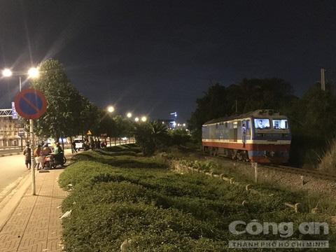 Người đàn ông để lại xe máy đứng trên đường ray, bị tàu hoả tông chết ở Sài Gòn - Ảnh 1.