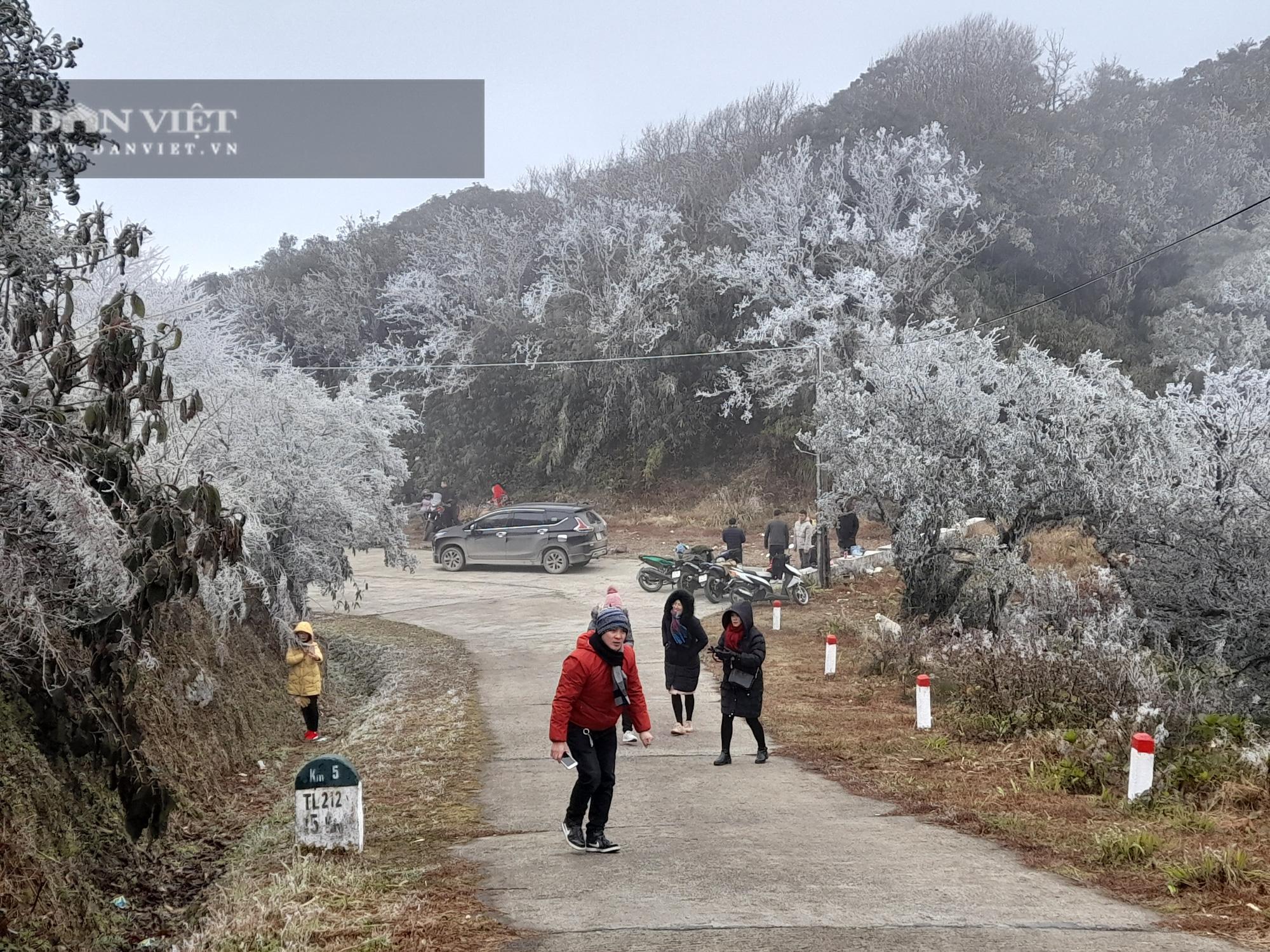 """""""Nóc nhà"""" phía Tây của tỉnh Cao Bằng biến thành thiên đường băng tuyết - Ảnh 1."""
