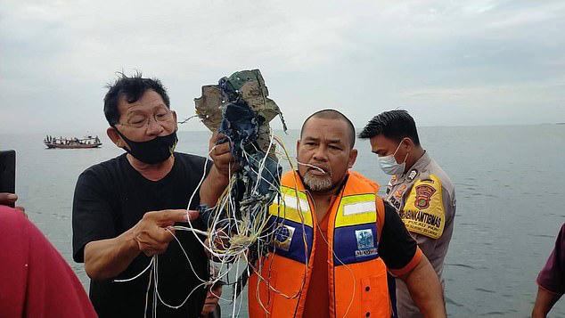 Truyền thông: Tìm thấy thi thể và mảnh vỡ tại địa điểm máy bay Boeing của Indonesia rơi - Ảnh 1.