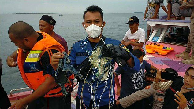 Truyền thông: Tìm thấy thi thể và mảnh vỡ tại địa điểm máy bay Boeing của Indonesia rơi - Ảnh 2.