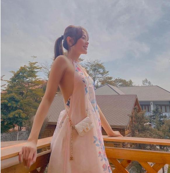 Mỹ nhân mặc quyến rũ tuần qua: Minh Hằng mặc váy yếm, Ngọc Trinh diện váy siêu ngắn - Ảnh 1.