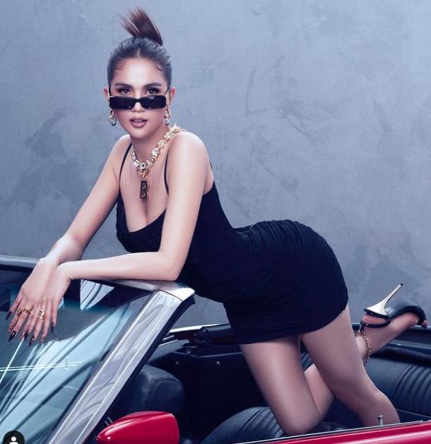 Mỹ nhân mặc quyến rũ tuần qua: Minh Hằng mặc váy yếm, Ngọc Trinh diện váy siêu ngắn - Ảnh 4.