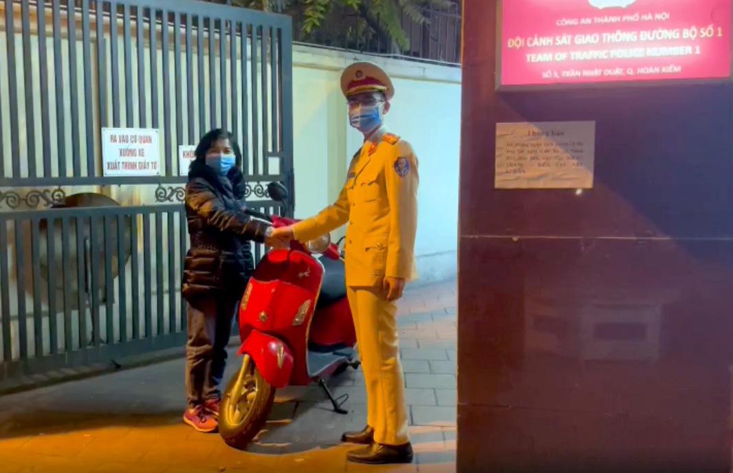 Cảnh sát giao thông truy đuổi trộm trên phố Hà Nội - Ảnh 2.