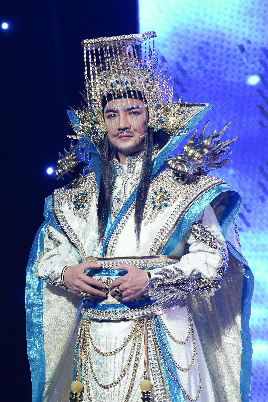 Đàm Vĩnh Hưng bị đau lưng vì mặc đồ cổ trang gần 20kg trong Táo Xuân 2021 - Ảnh 1.