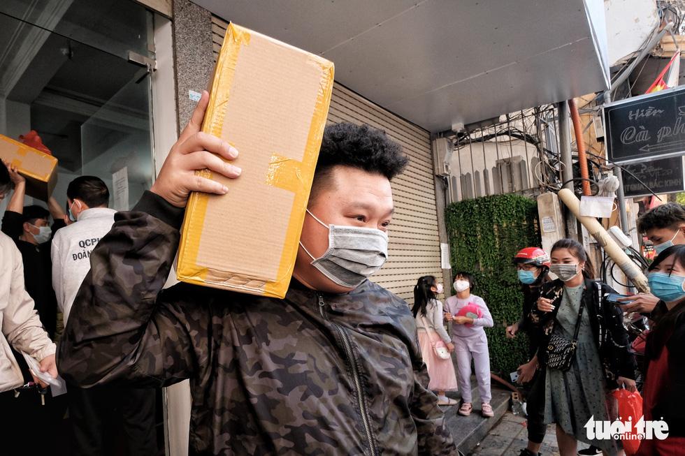 Người Hà Nội chen nhau mua pháo hoa về chơi Tết - Ảnh 1.