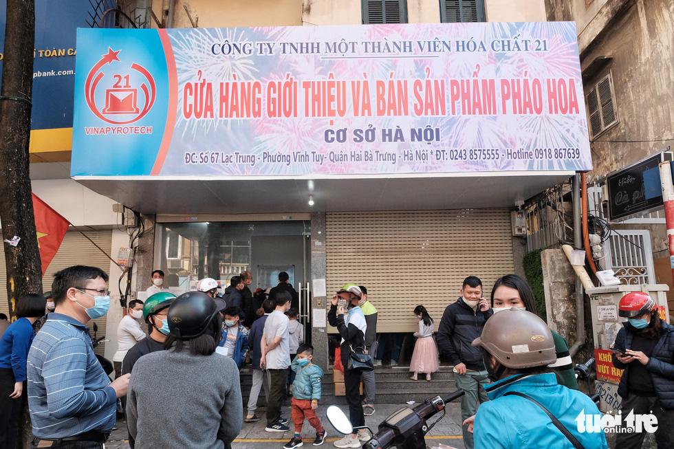 Người Hà Nội chen nhau mua pháo hoa về chơi Tết - Ảnh 10.