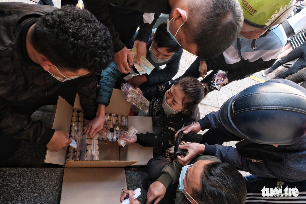 Người Hà Nội chen nhau mua pháo hoa về chơi Tết - Ảnh 11.