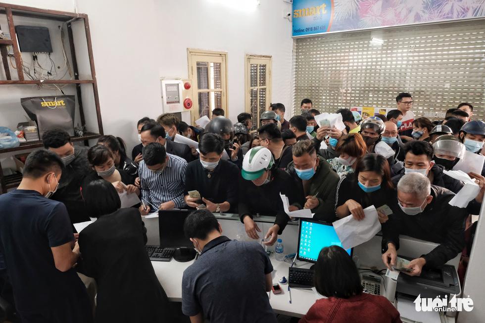 Người Hà Nội chen nhau mua pháo hoa về chơi Tết - Ảnh 2.