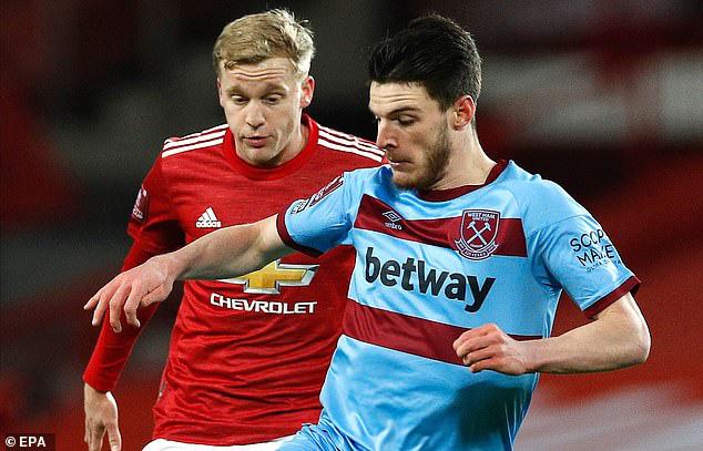Van de Beek mờ nhạt trong trận gặp West Ham.