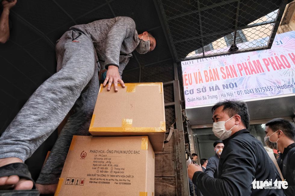 Người Hà Nội chen nhau mua pháo hoa về chơi Tết - Ảnh 8.