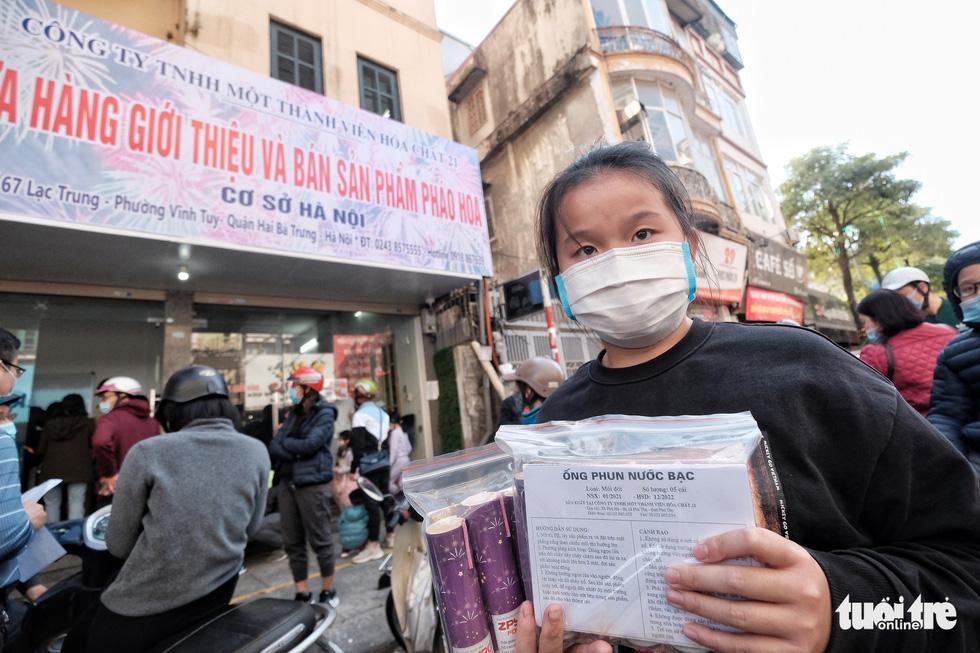 Người Hà Nội chen nhau mua pháo hoa về chơi Tết - Ảnh 9.