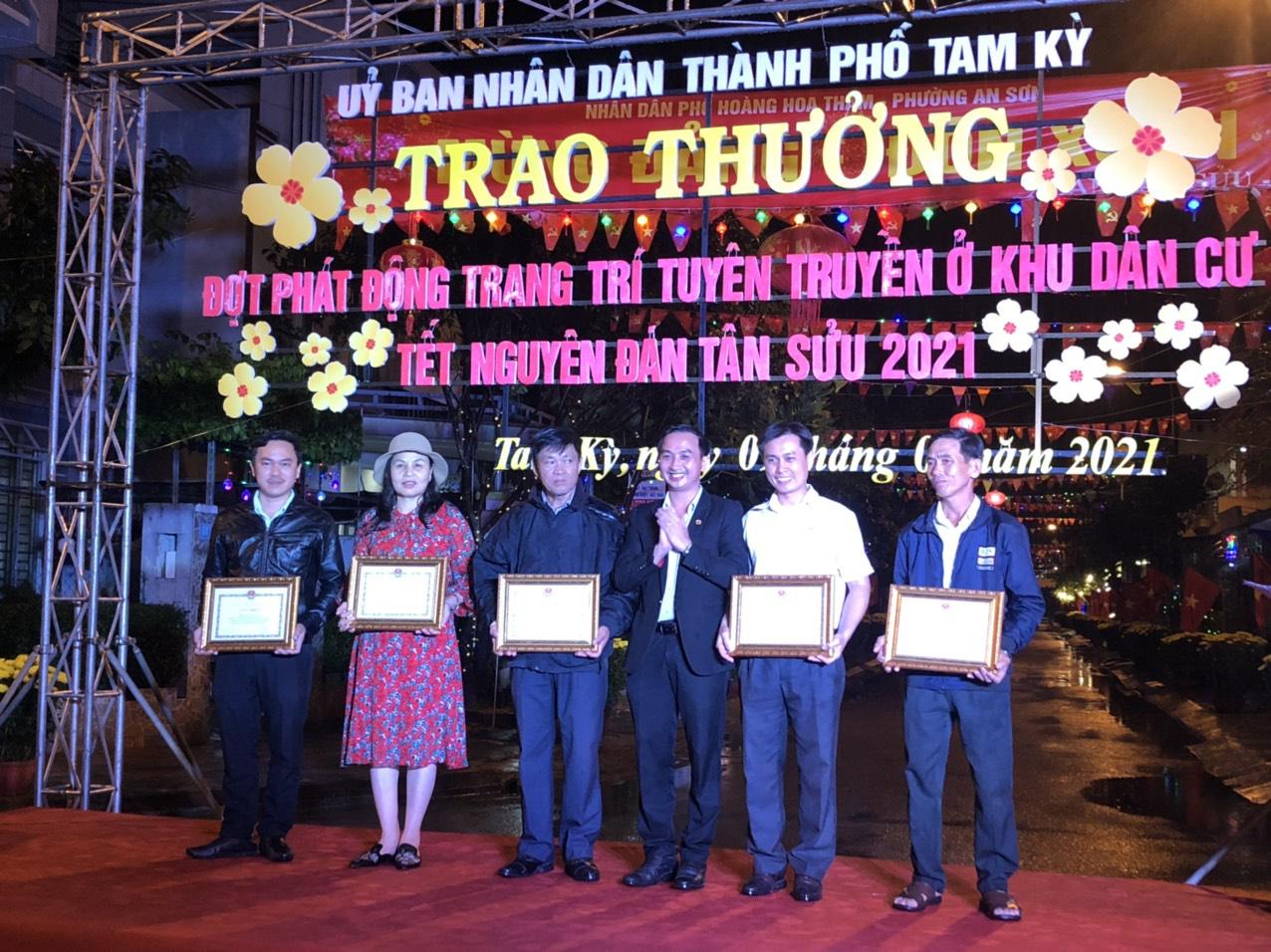 Quảng Nam: Rực rỡ tuyến đường đạt giải nhất cuộc thi trang trí ngày tết - Ảnh 1.