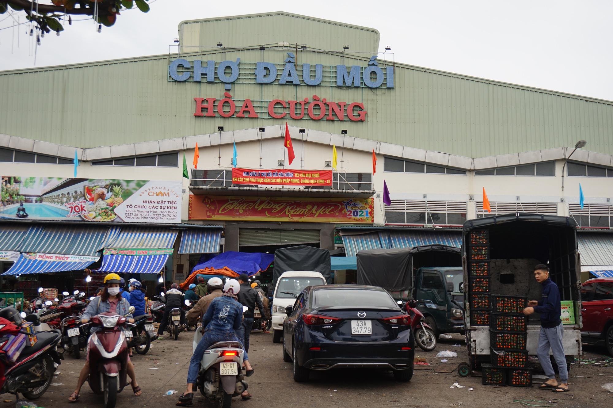 Đà Nẵng: Chợ lớn nhất thành phố tấp nập người và xe sáng 29 Tết - Ảnh 1.