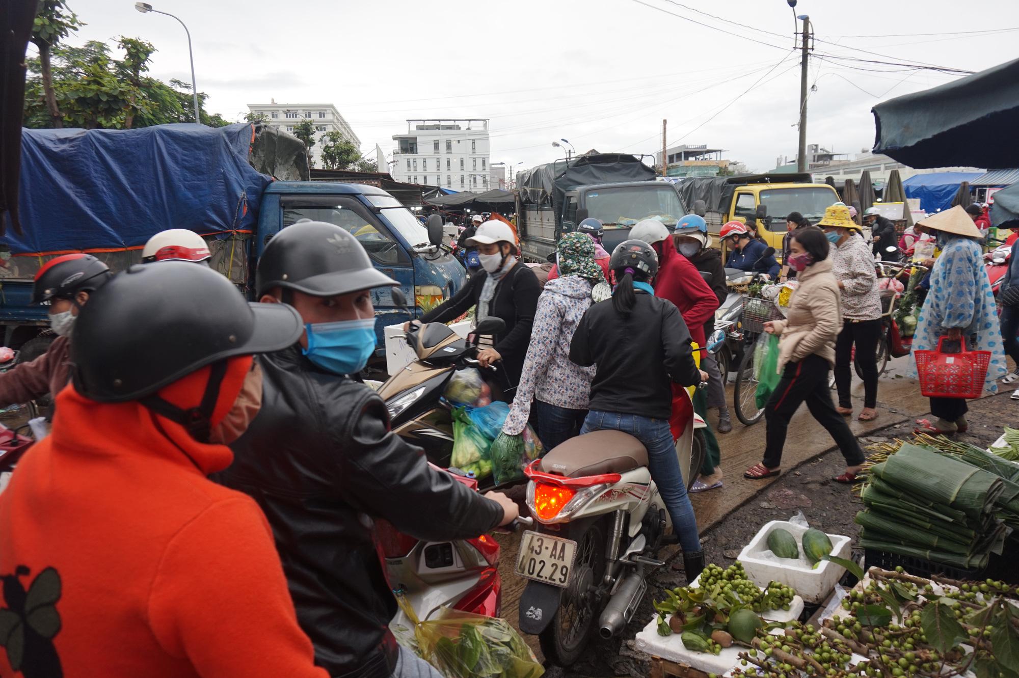 Đà Nẵng: Chợ lớn nhất thành phố tấp nập người và xe sáng 29 Tết - Ảnh 10.