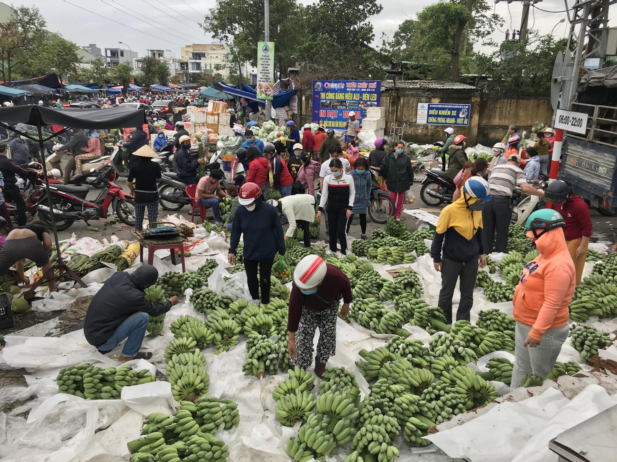 Đà Nẵng: Chợ lớn nhất thành phố tấp nập người và xe sáng 29 Tết - Ảnh 2.