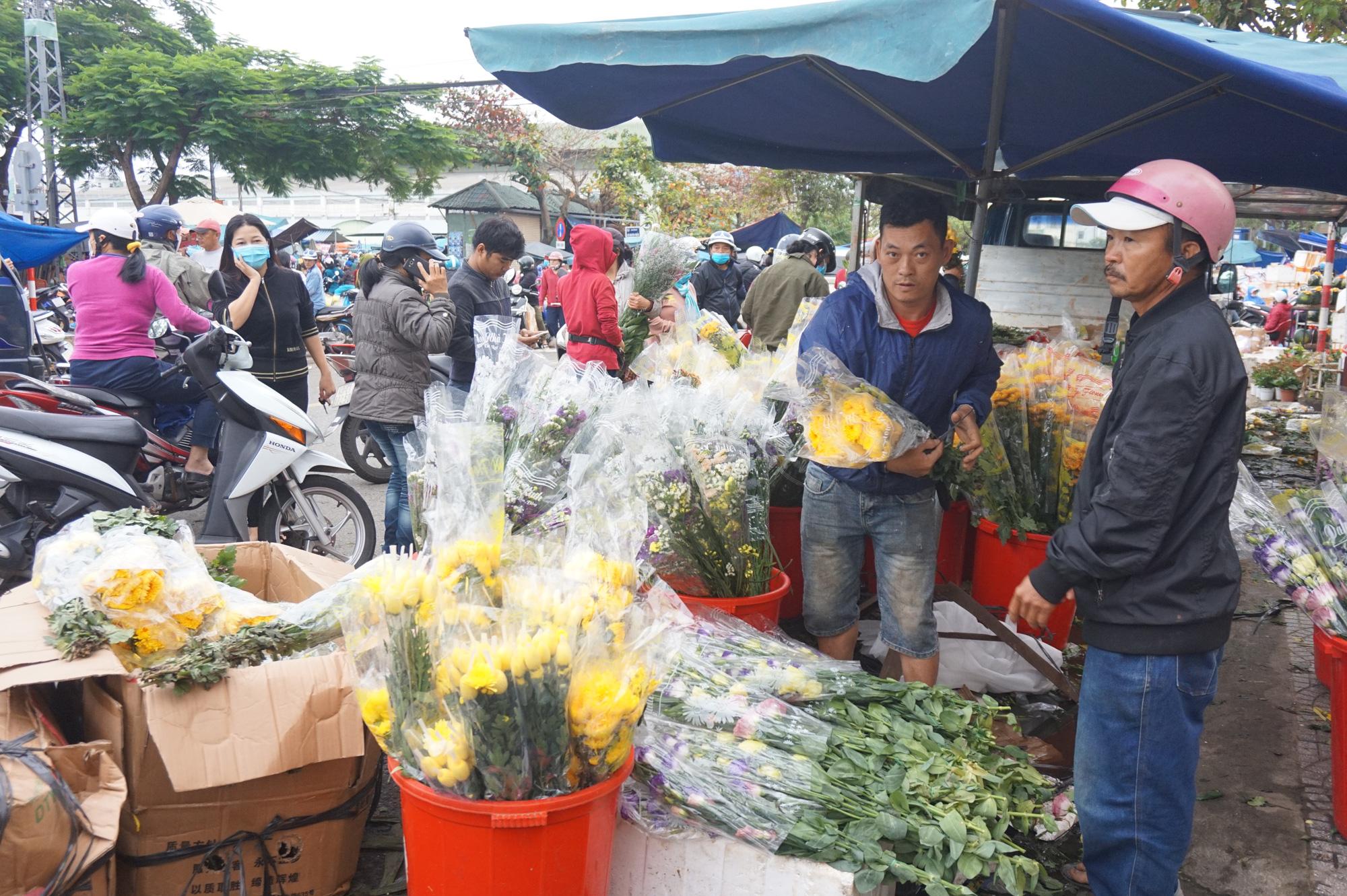 Đà Nẵng: Chợ lớn nhất thành phố tấp nập người và xe sáng 29 Tết - Ảnh 4.