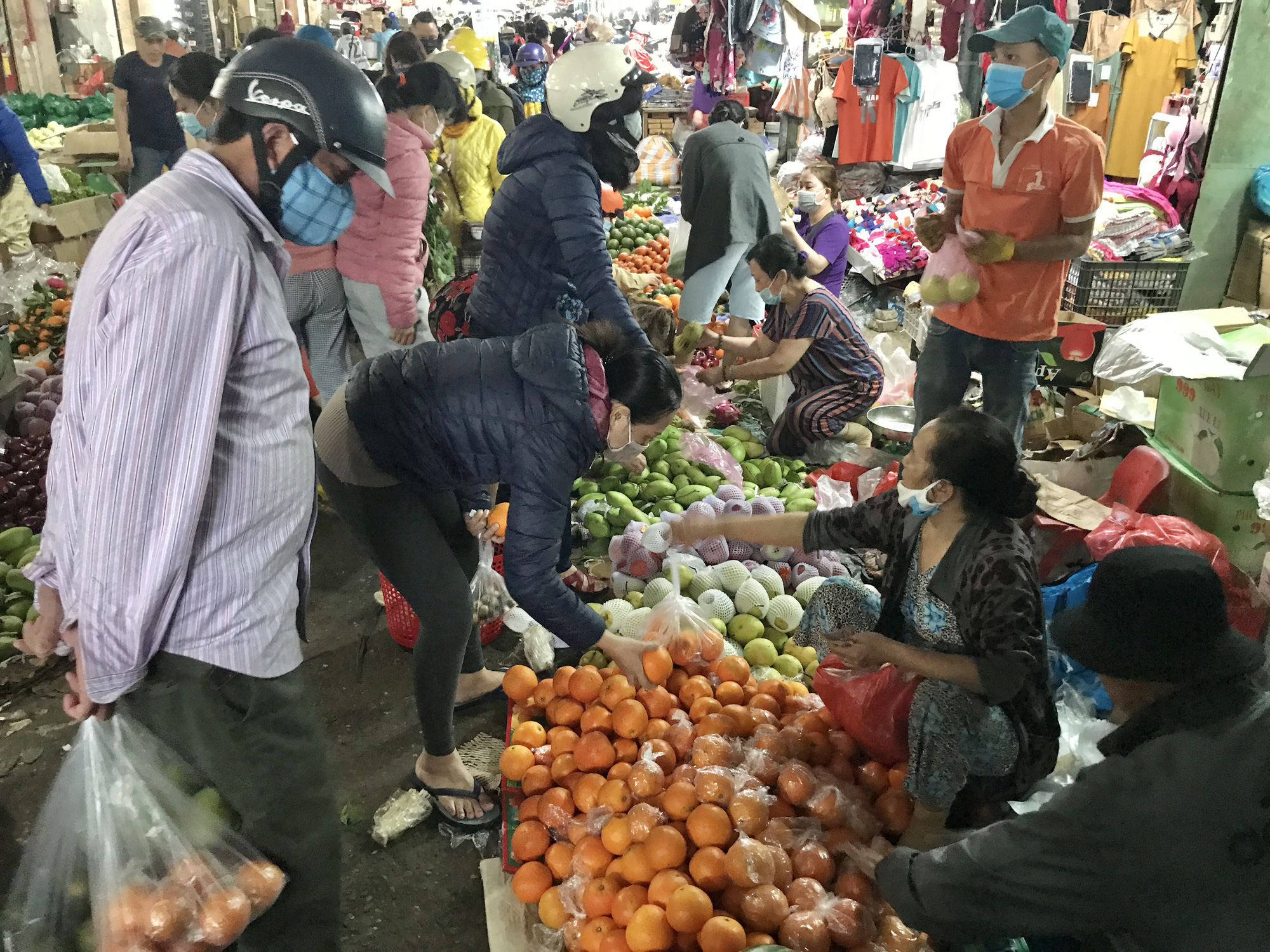 Đà Nẵng: Chợ lớn nhất thành phố tấp nập người và xe sáng 29 Tết - Ảnh 6.