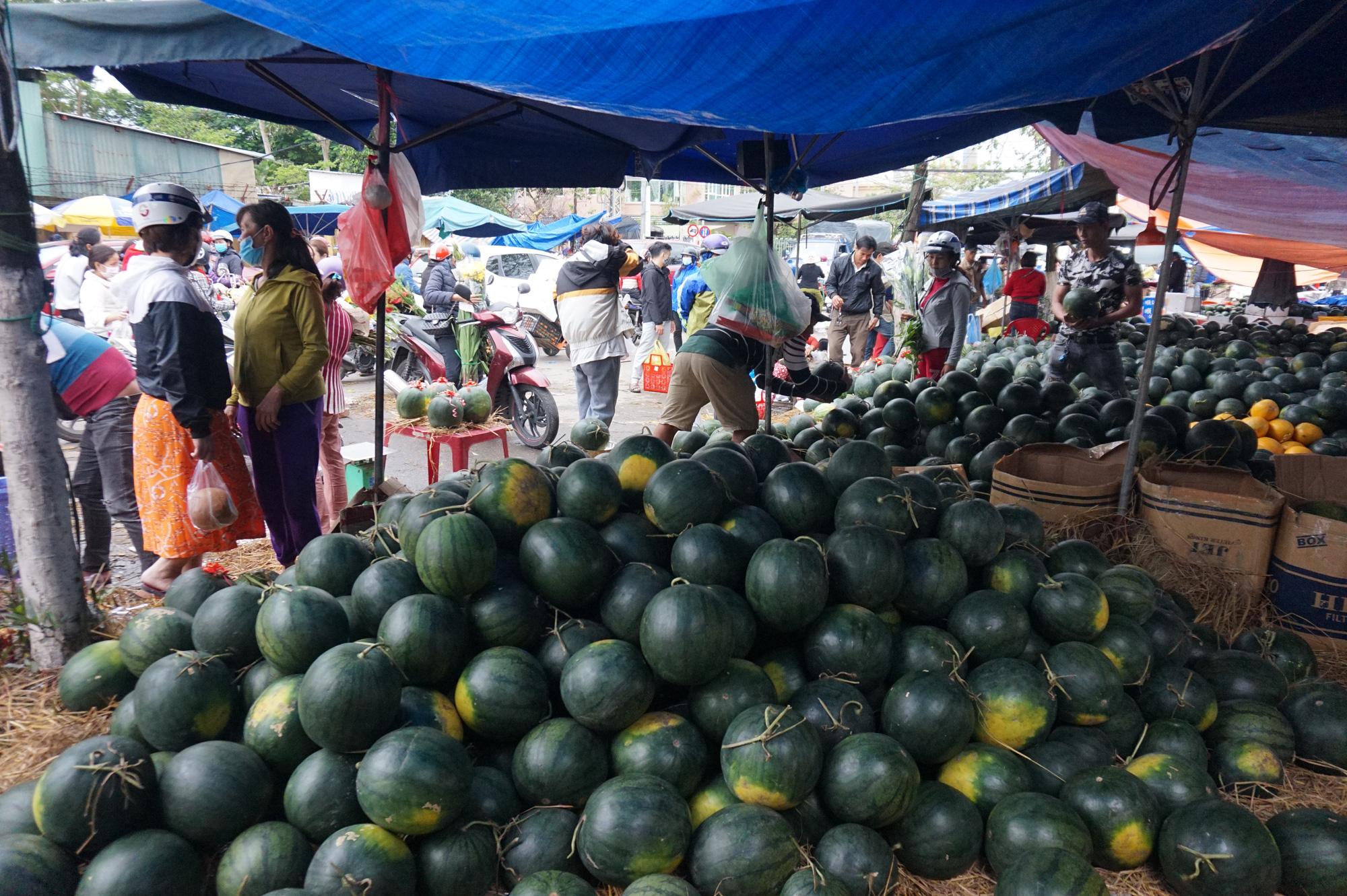 Đà Nẵng: Chợ lớn nhất thành phố tấp nập người và xe sáng 29 Tết - Ảnh 7.