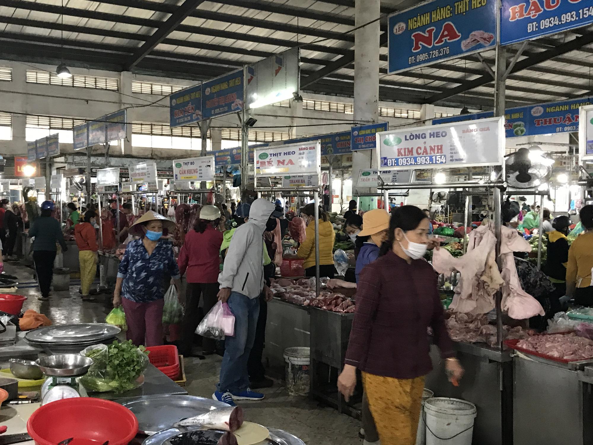 Đà Nẵng: Chợ lớn nhất thành phố tấp nập người và xe sáng 29 Tết - Ảnh 8.