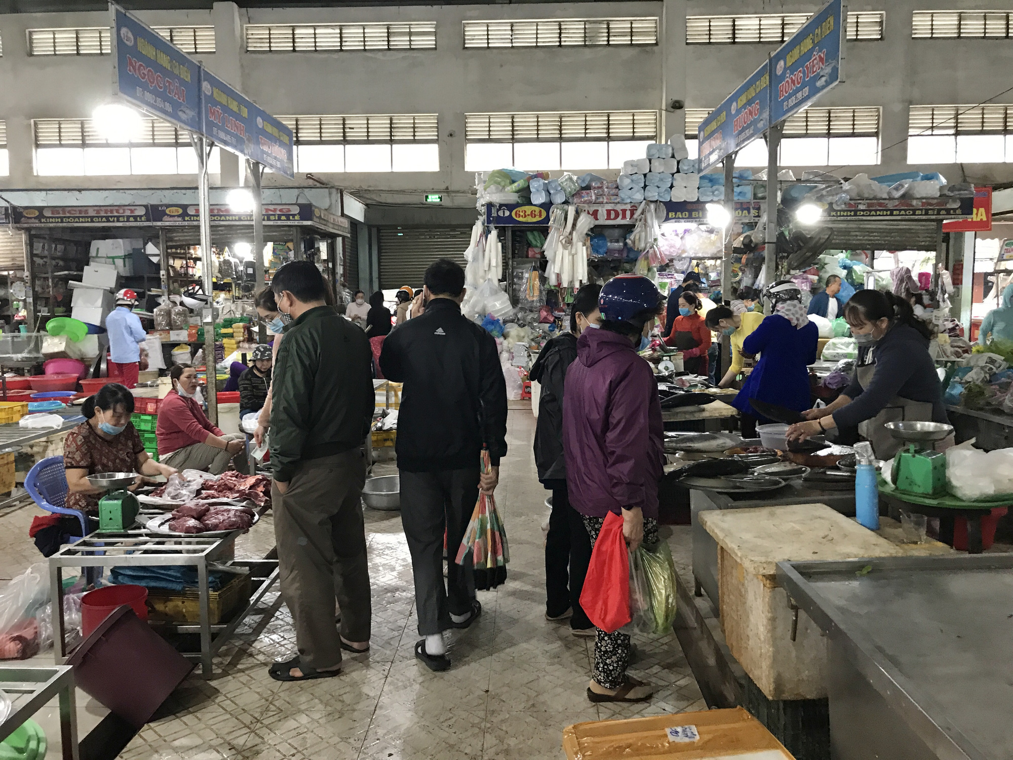 Đà Nẵng: Chợ lớn nhất thành phố tấp nập người và xe sáng 29 Tết - Ảnh 9.