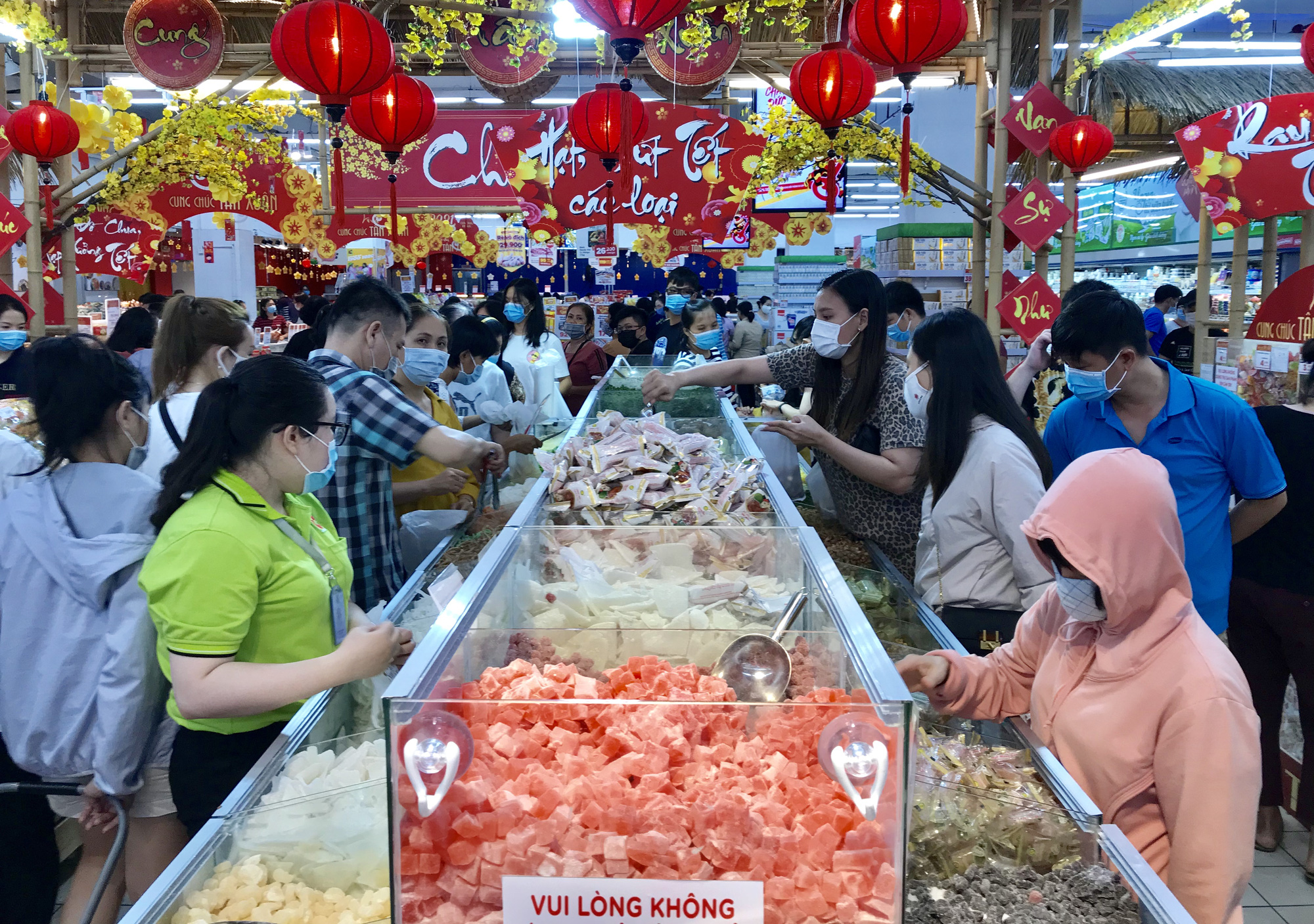 """TP.HCM: Chợ, siêu thị đông nghẹt ngày 29 Tết, """"Tết tới thật rồi"""" - Ảnh 4."""