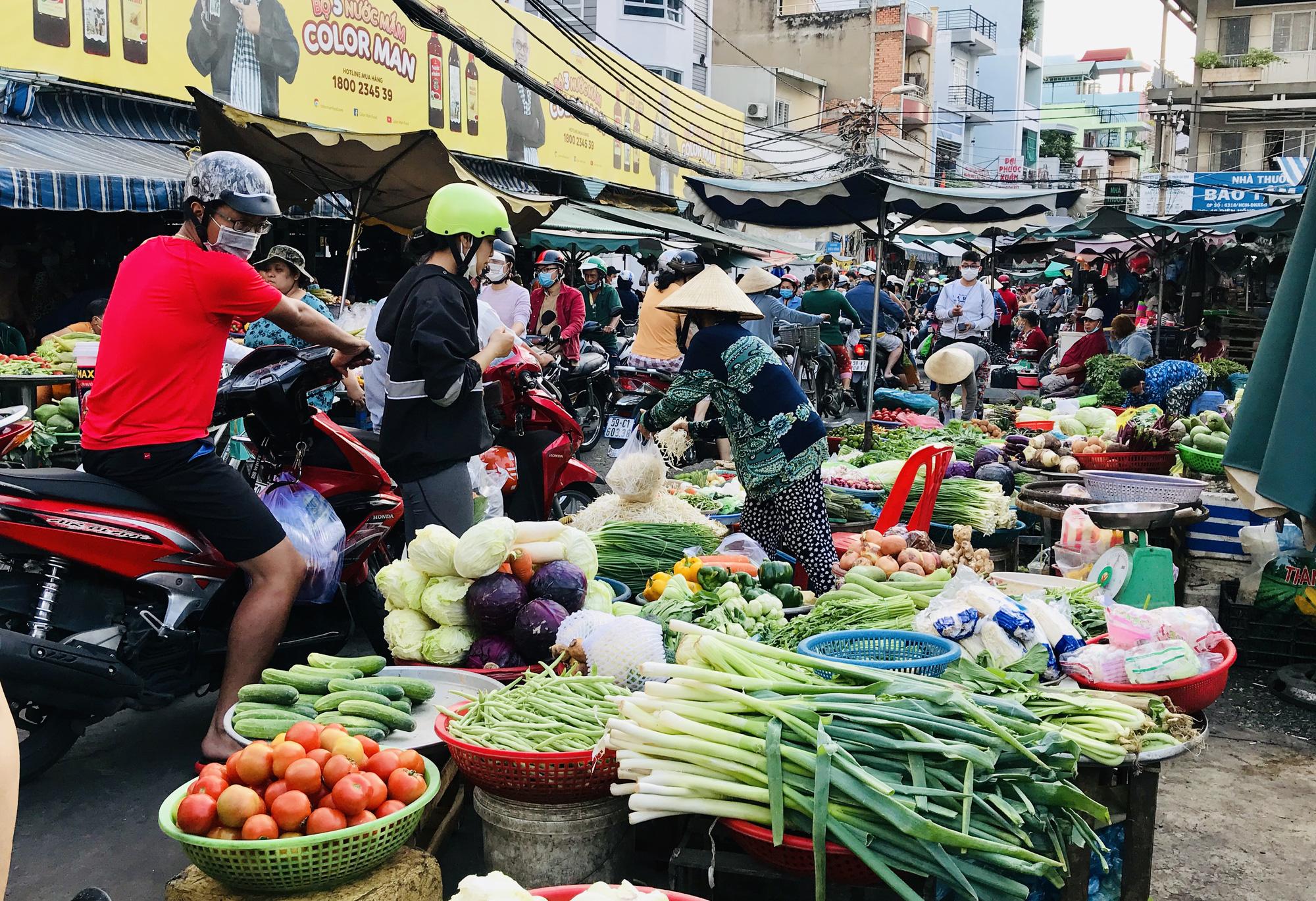 """TP.HCM: Chợ, siêu thị đông nghẹt ngày 29 Tết, """"Tết tới thật rồi"""" - Ảnh 1."""