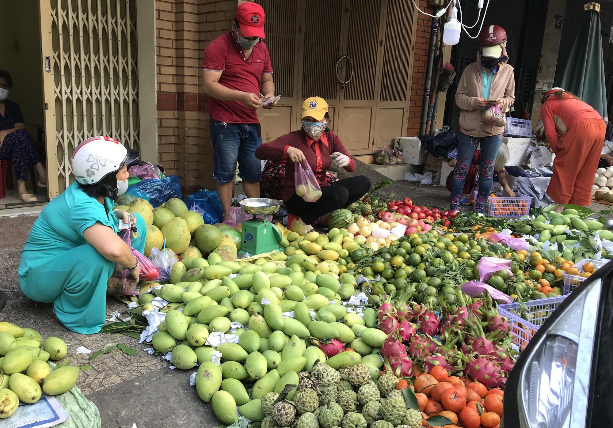 """TP.HCM: Chợ, siêu thị đông nghẹt ngày 29 Tết, """"Tết tới thật rồi"""" - Ảnh 3."""