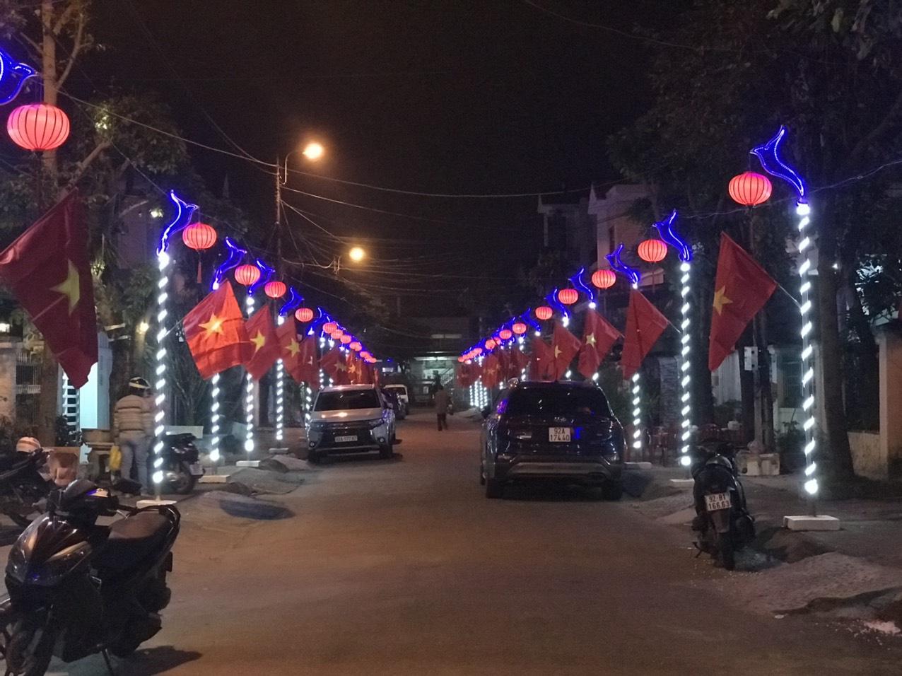 Quảng Nam: Rực rỡ tuyến đường đạt giải nhất cuộc thi trang trí ngày tết - Ảnh 2.