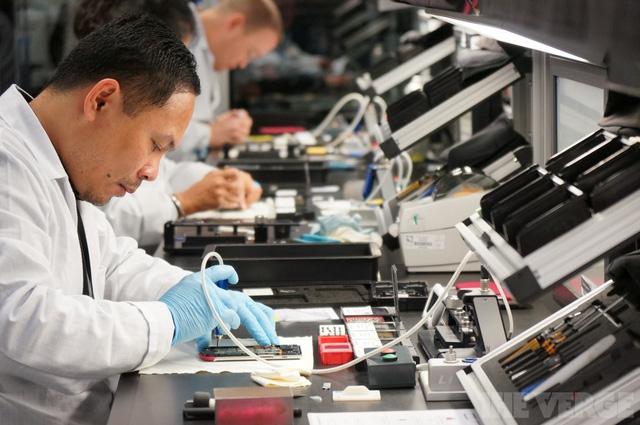 Nơi sản xuất của Vertu giống như một đại công trường nơi mà mỗi người đều có bàn làm việc của riêng mình với vô số các dụng cụ kèm theo.