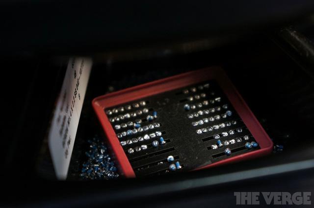 Có rất nhiều những linh kiện nhỏ như thế này, chúng được đặt trong những cái hộp để tránh thất lạc.