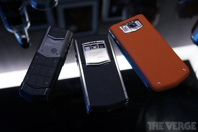 Điểm lại vài điện thoại tiêu biểu cửa thương hiệu Vertu. Ngoài cùng bên trái là Vertu Signature (ra mắt từ 2008 và vẫn có giá rất đắt). Ở giữa là Vertu Ti dòng smartphone Android đầu tiên của hãng này. Cuối cùng là Constellation, smartphone mang thương hiệu Vertu mới nhất. Từ trái qua phải, mức giá của từng chiếc lần lượt là 9.000 euro, 7.900 euro và 4.900 euro.