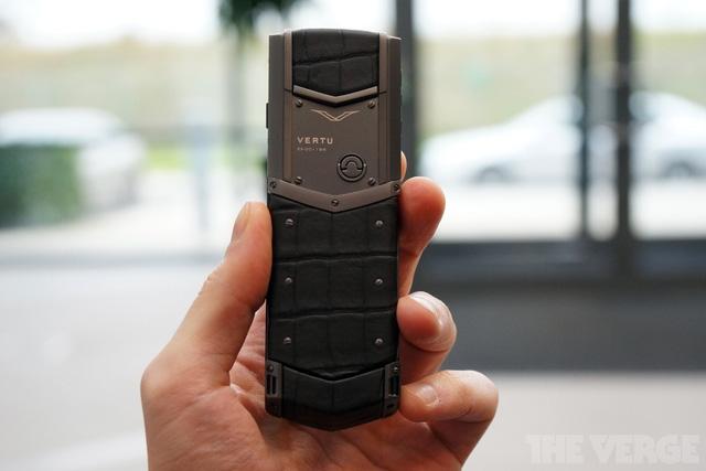 Điện thoại của Vertu tập trung vào 3 yếu tố: Dịch vụ hỗ trợ khách hàng cực tốt, lắp ráp thủ công tỉ mỉ và vật liệu đẳng cấp. Như chiếc điện thoại trên đây được lắp ráp với vỏ ngoài là da cá sấu đực.