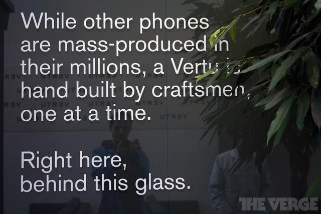 Trong khi những smartphone khác được sản xuất hàng loạt thì điện thoại mang thương hiệu Vertu lại được sản xuất bằng tay.