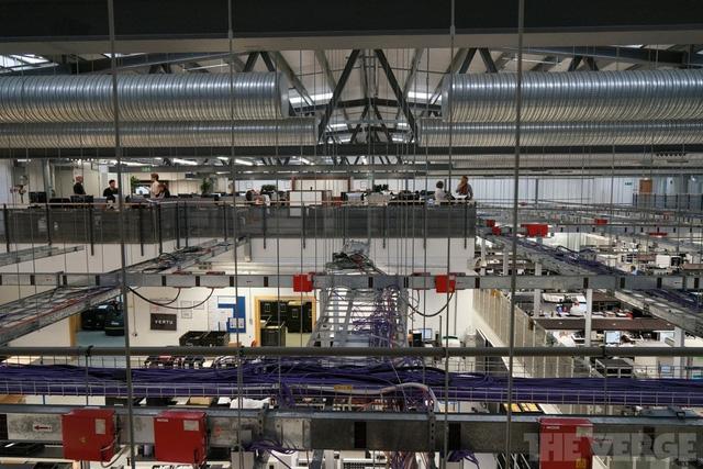 Phía trên là phòng quản trị trong khi ở dưới là nơi sản xuất, đóng gói và chuyển hàng. Ở khu vực sản xuất, đều được đặt camera nhằm theo dõi nhân viên gian lận ăn trộm những vật liệu đắt tiền mà Vertu đã trang bị cho điện thoại.