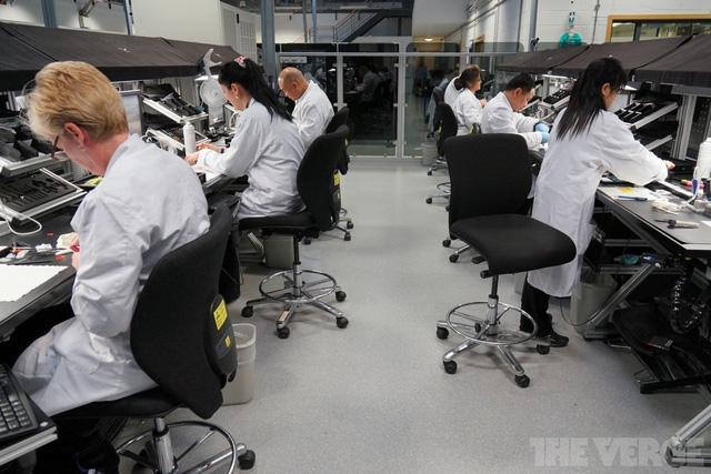 Không hề có kiểu sản xuất theo bằng chuyền ở Vertu, mỗi người thợ sẽ phụ tránh đảm nhận lắp ráp từ đầu tới cuối một chiếc điện thoại. Sau khi chiếc điện thoại này đã được hoàn thành, họ sẽ khắc chữ ký của mình trên đó. Liên lạc giữa khách hàng và những người thợ này luôn được đảm bảo phòng khi khách hàng có những yêu cầu thay đổi cho chiếc điện thoại của mình.