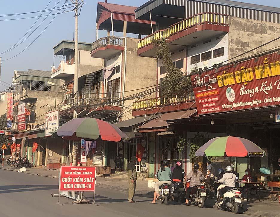 """Tụ điểm dịch vụ vui chơi, công viên đóng cửa: Người dân Quảng Ninh đón Tết """"độc - lạ"""" chưa từng có - Ảnh 1."""
