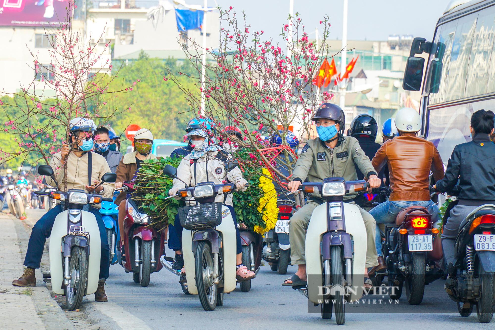 Đường vào chợ hoa Quảng Bá kẹt cứng ngày cuối cùng của năm - Ảnh 5.
