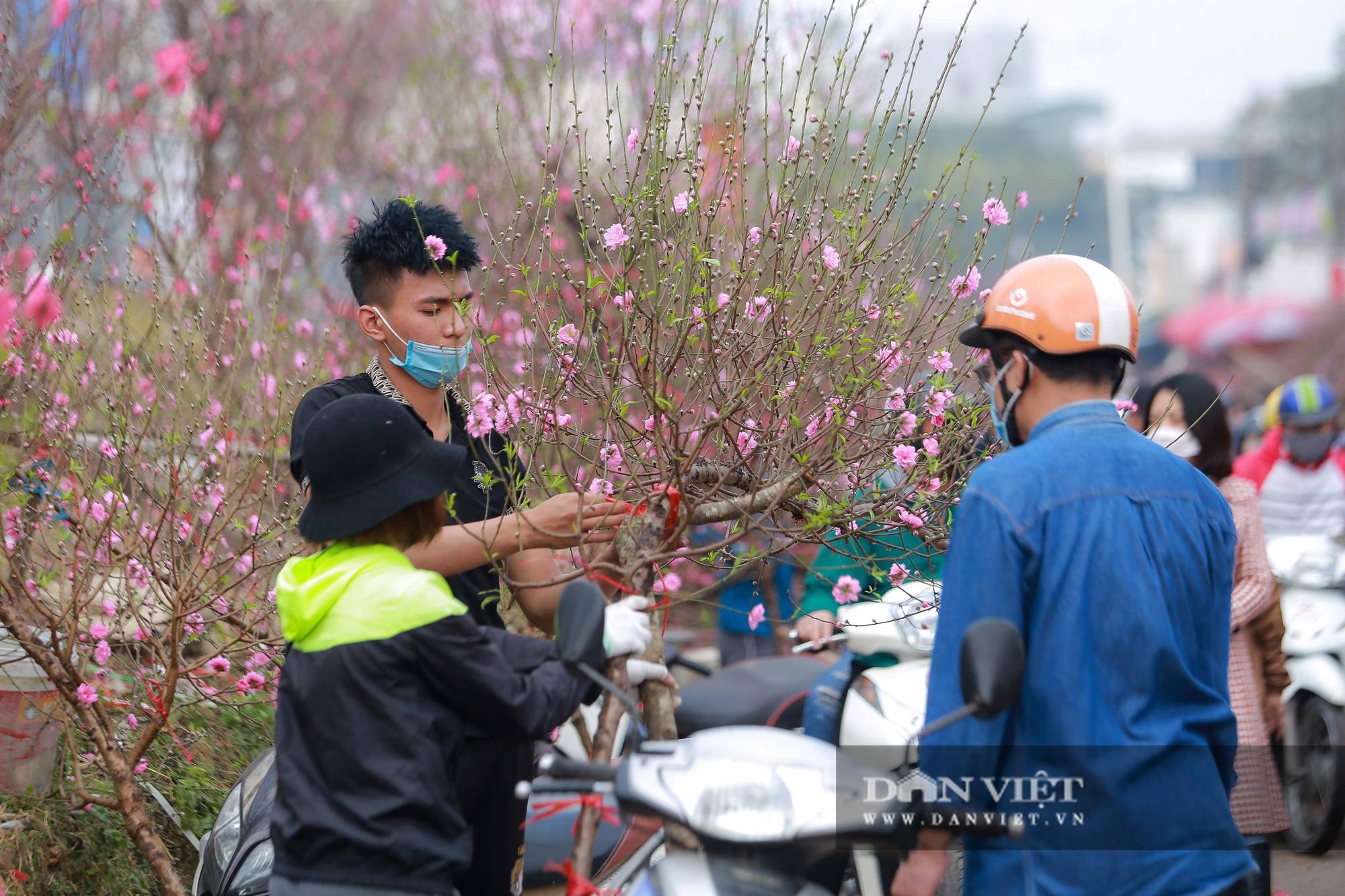 Chợ hoa Quảng Bá tấp nập những ngày cuối năm - Ảnh 9.