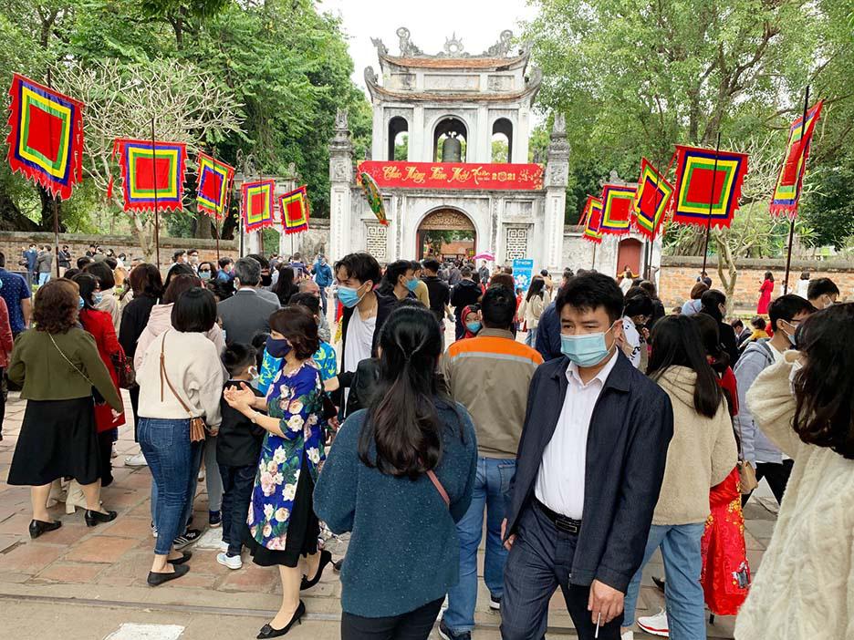 Hà Nội, Đà Nẵng: Các điểm du lịch, chùa đông nghịt người đi lễ chùa đầu năm - Ảnh 1.