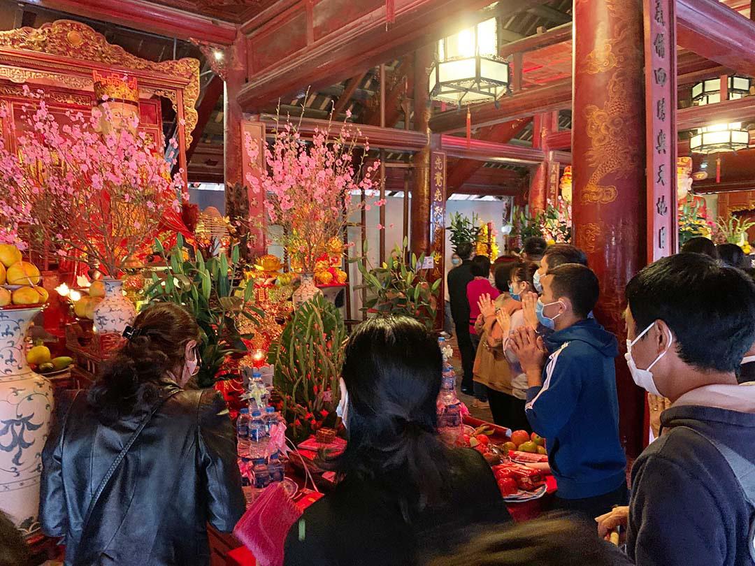 Hà Nội, Đà Nẵng: Các điểm du lịch, chùa đông nghịt người đi lễ chùa đầu năm - Ảnh 10.