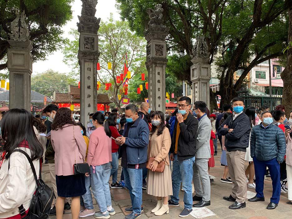 Hà Nội, Đà Nẵng: Các điểm du lịch, chùa đông nghịt người đi lễ chùa đầu năm - Ảnh 3.