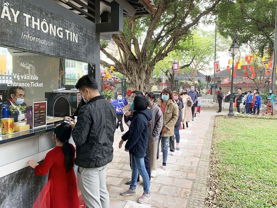 Hà Nội, Đà Nẵng: Các điểm du lịch, chùa đông nghịt người đi lễ chùa đầu năm - Ảnh 2.