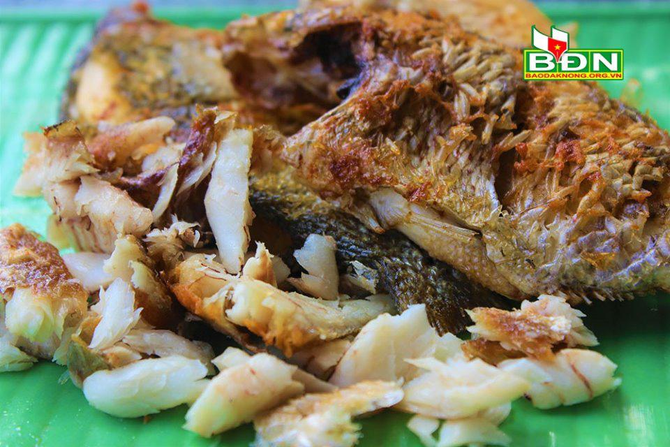 Đắk Nông: Bắt cá suối đem chiên vàng lên giã với lá cây thuốc quý này, thơm ngon đến miếng cuối cùng - Ảnh 1.