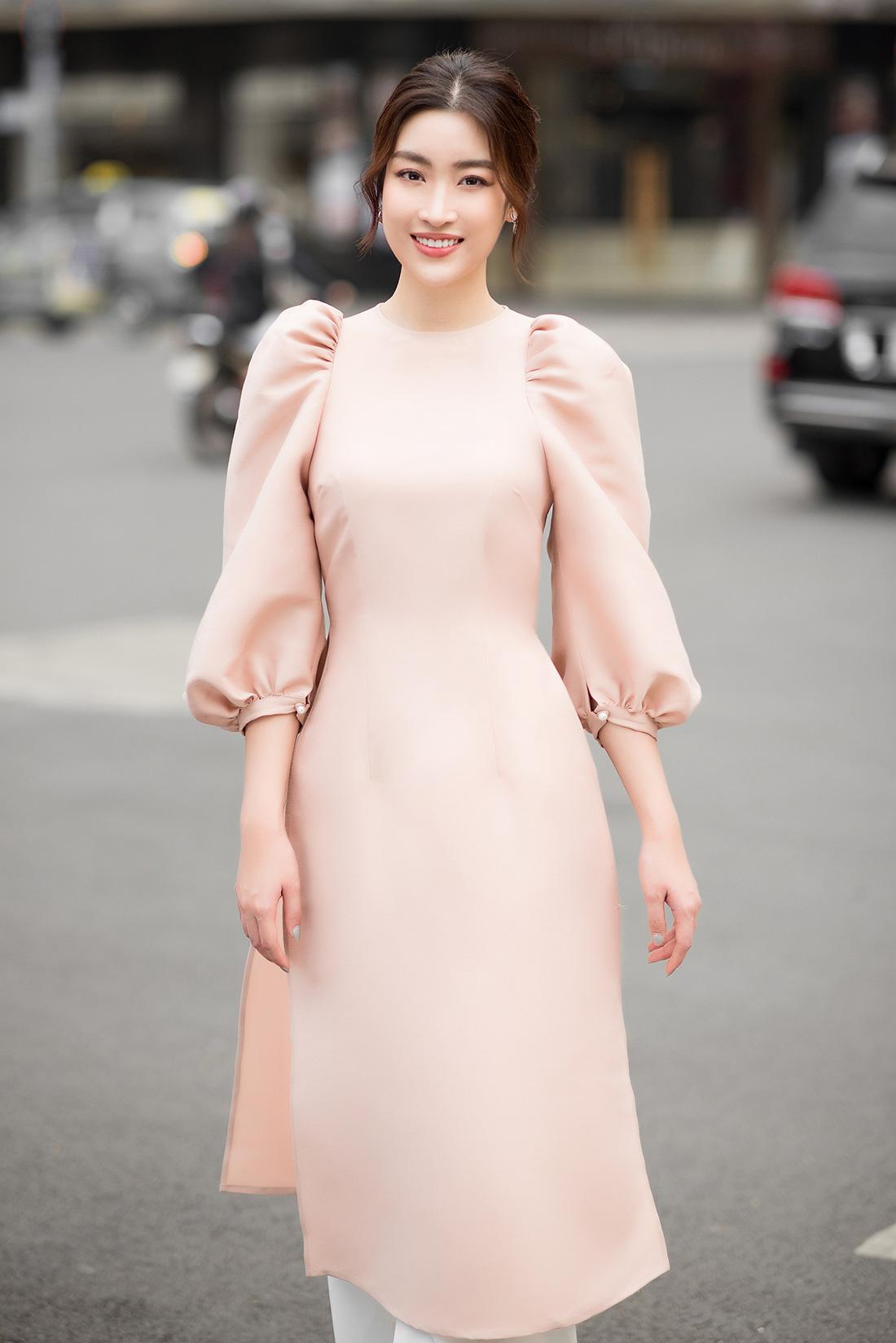 Đỗ Mỹ Linh, Trần Tiểu Vy gợi ý cách mặc áo dài Tết đẹp như hoa hậu - Ảnh 1.