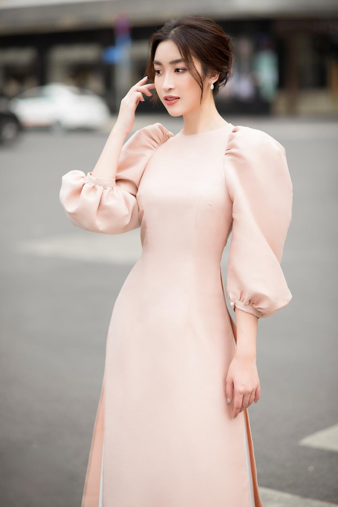Đỗ Mỹ Linh, Trần Tiểu Vy gợi ý cách mặc áo dài Tết đẹp như hoa hậu - Ảnh 2.