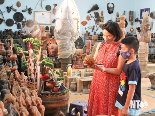 Ninh Thuận: Tết Tân Sửu 2021, các vườn nho trĩu quả, làng gốm Bàu Trúc hút khách tới xông đất đầu năm - Ảnh 1.